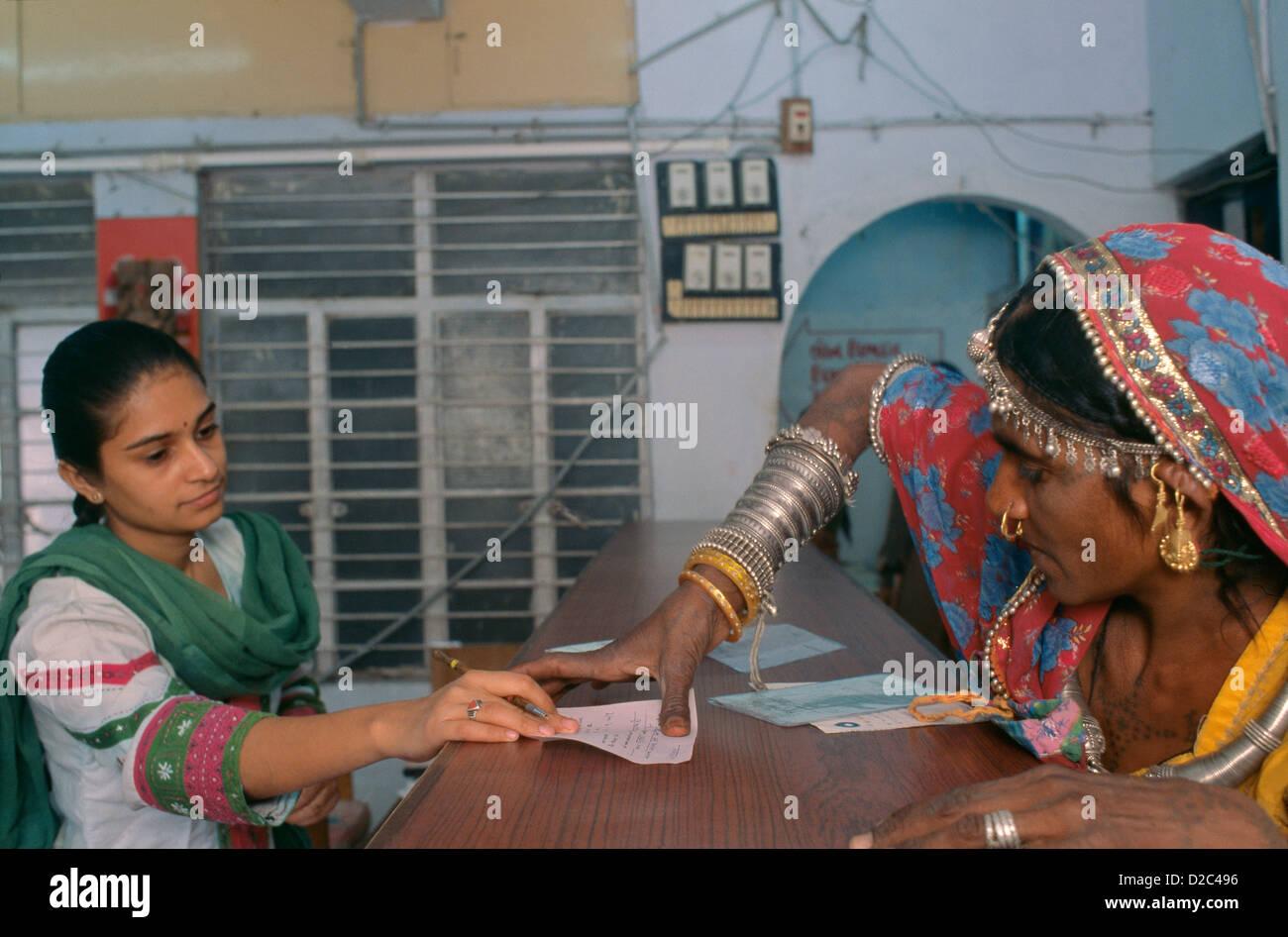 Femme rurale en mettant un pouce Impression dans une banque d'ouvrir son compte bancaire à la Banque mondiale, Photo Stock