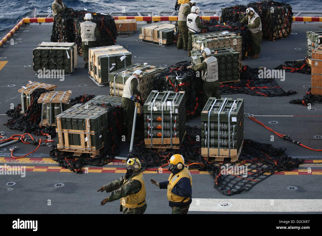 Boatswain's Aviation mates (bas) de diriger un hélicoptère entrant tandis que des Marines (la 26e Photo Stock