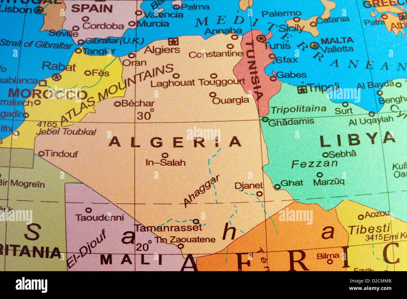 Une carte de l'Algérie et l'Afrique du Nord sur un globe Photo Stock