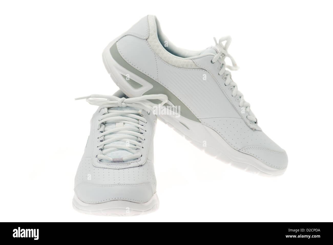 Une paire de nouvelles chaussures de sport blanc - une pièce lumineuse studio shot avec un fond blanc Photo Stock