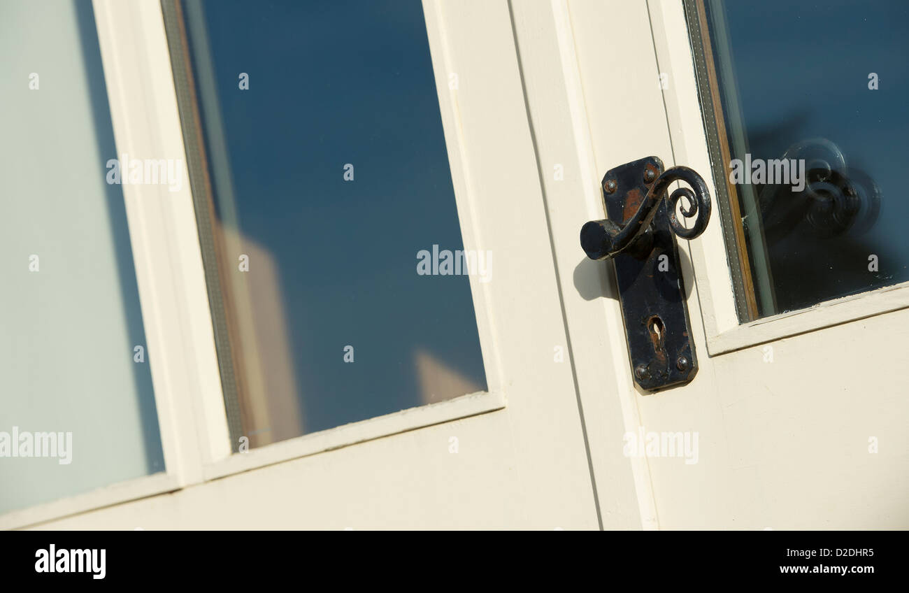 close up de poigne de porte en fer forg sur une porte extrieure dune maison nouvellement construite