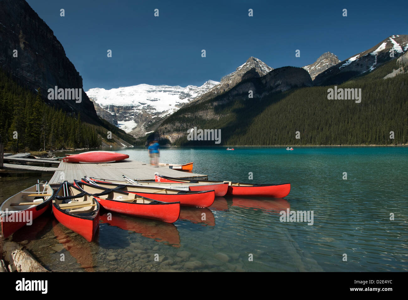 Quai des CANOTS RED LAKE LOUISE GLACIER VICTORIA Mont VICTORIA BANFF NATIONAL PARK ALBERTA CANADA Photo Stock