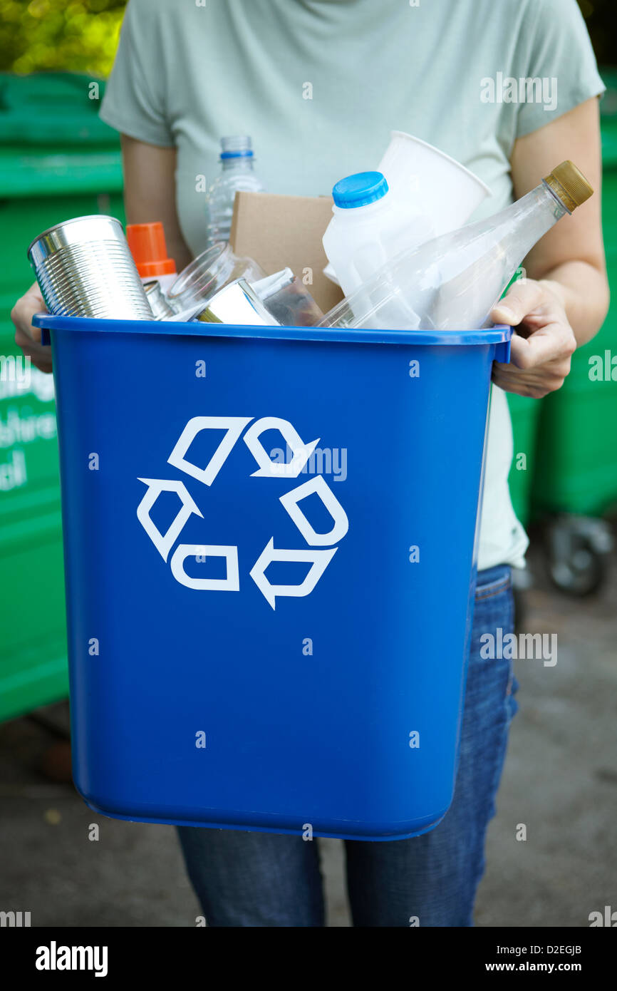 Femme en tenant bacs à recyclage Photo Stock