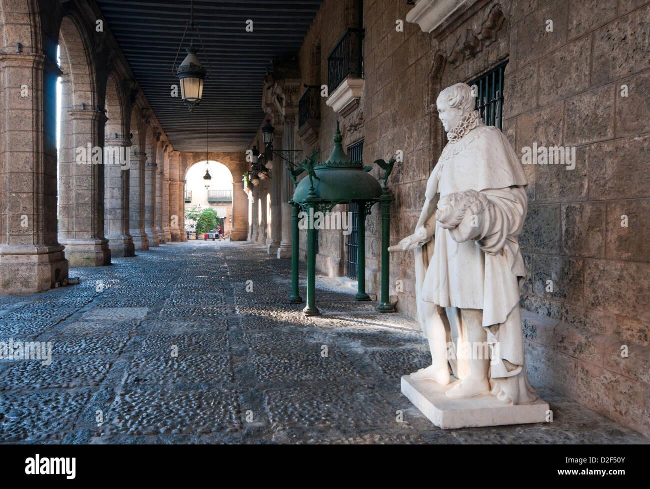 Sous les arcades de l'hôtel Palacio de los Capitanes Generales, Plaza de Armas, Habana Vieja, La Havane, Photo Stock