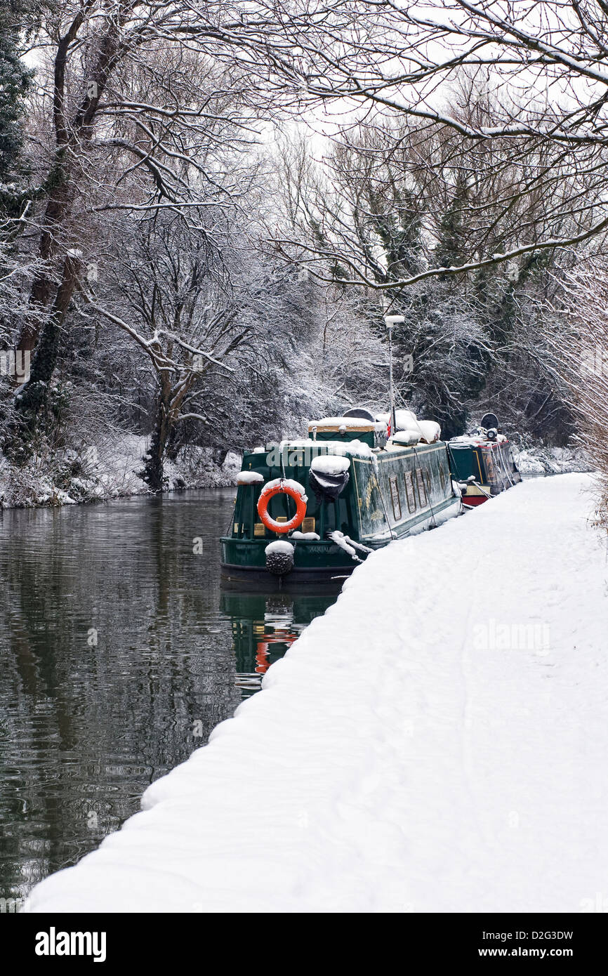 Narrowboats sur le canal d'Oxford à Banbury en hiver, l'Oxfordshire. Banque D'Images
