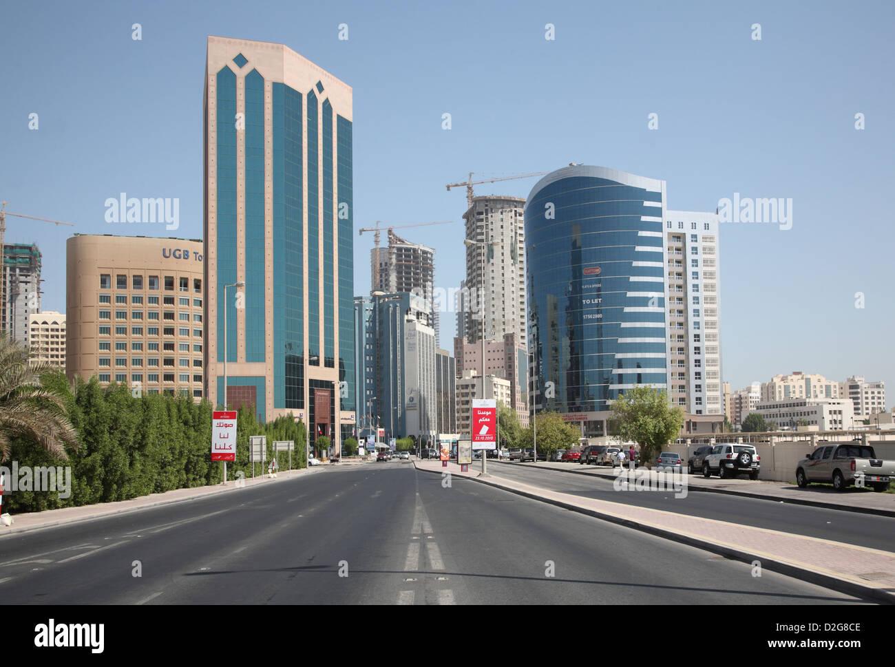 Manama, Bahreïn. À l'est le long de l'Avenue du Gouvernement vers le secteur diplomatique Photo Stock