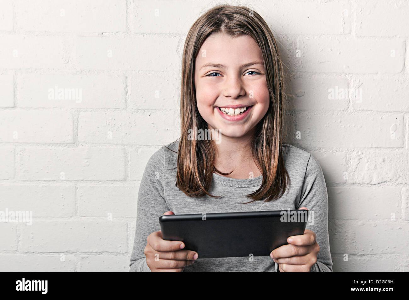 Jeune fille avec l'iPad Mini Photo Stock