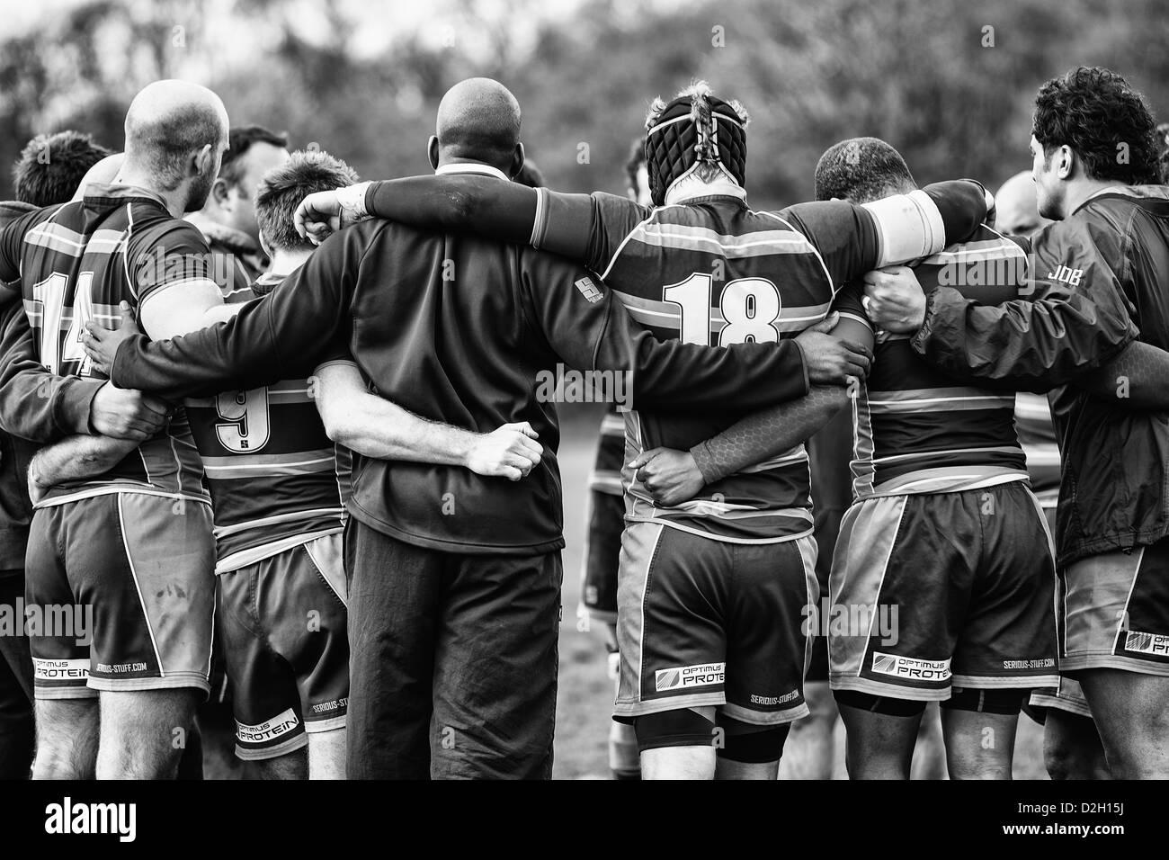 Une équipe de joueurs de rugby après un match huddle Photo Stock