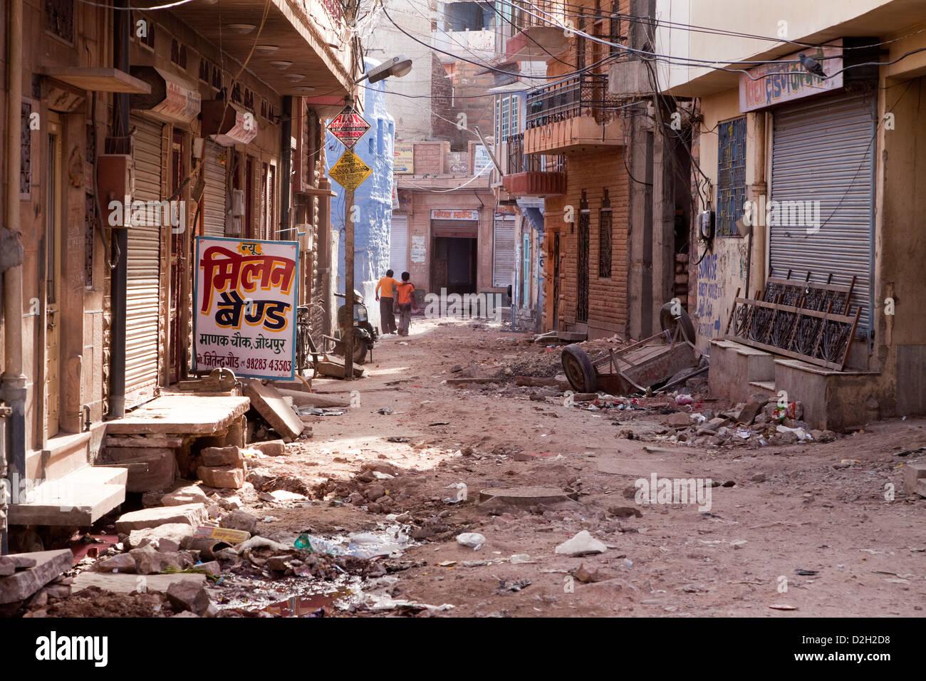 L'Inde, Rajasthan, Jodhpur, deux garçons marchant dans la rue en ruine Photo Stock