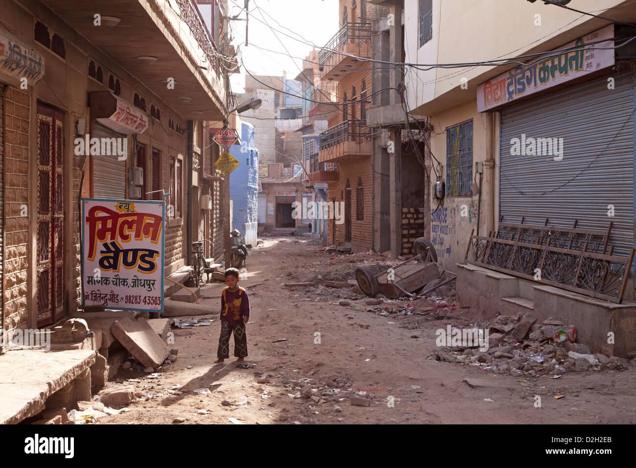 L'Inde, Rajasthan, Jodhpur, jeune garçon dans la rue délabrée Photo Stock