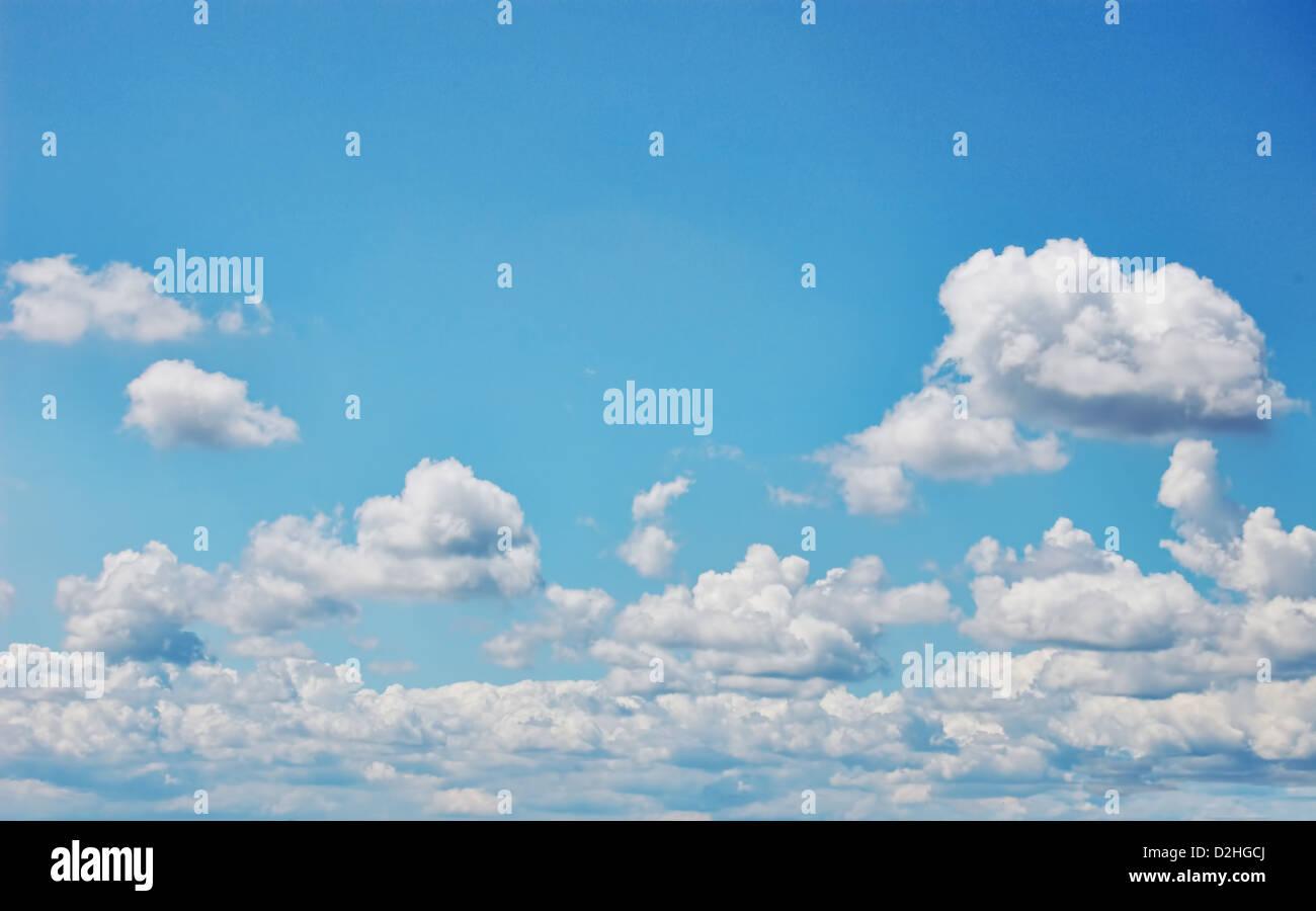 Ciel bleu avec des nuages blancs. Grand format. Image photographique. Photo Stock