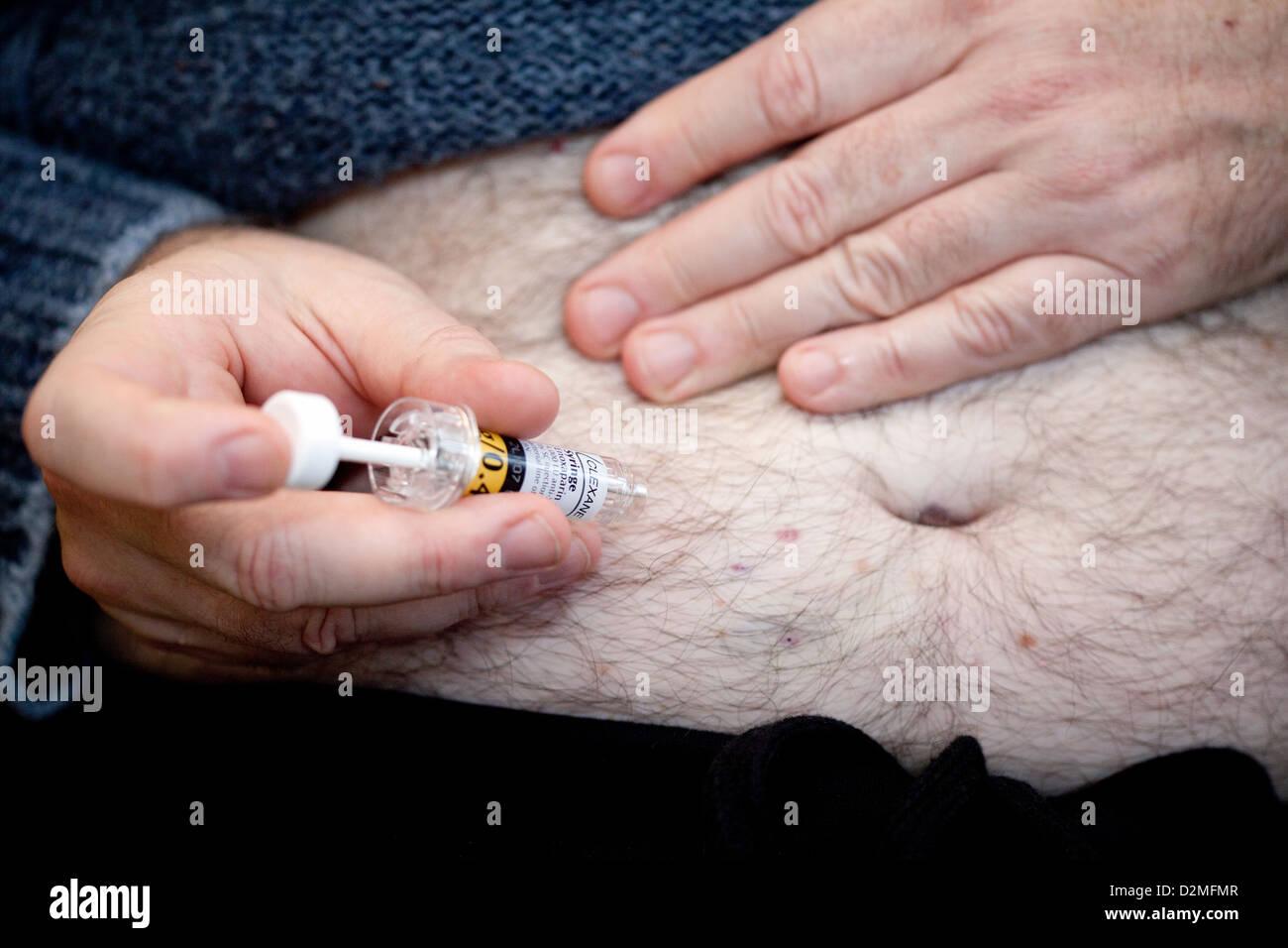 L'injection de Clexane - prévention des TVP - Thrombose veineuse profonde après une opération, Photo Stock