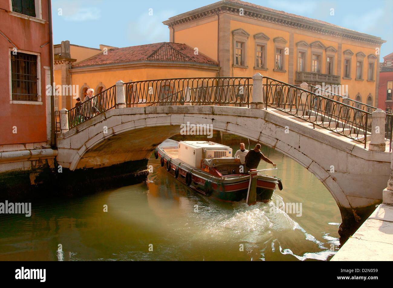 Pont sur canal avec bateau de marchandises, Venise, UNESCO World Heritage Site, Vénétie, Italie, Europe Photo Stock