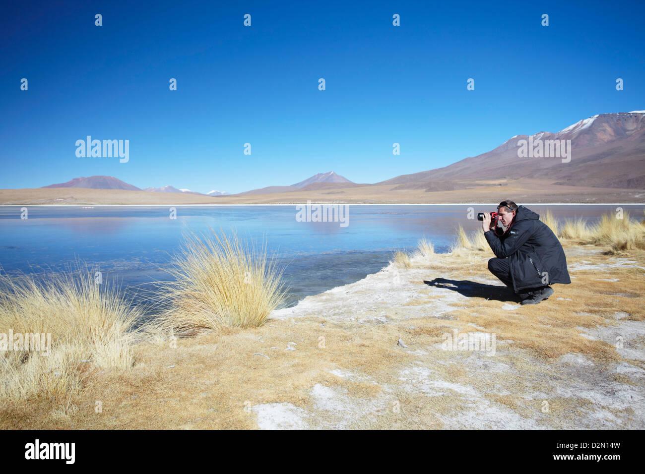 L'homme à prendre des photos à Laguna Canapa sur l'Altiplano, Potosi, Bolivie, Ministère Photo Stock