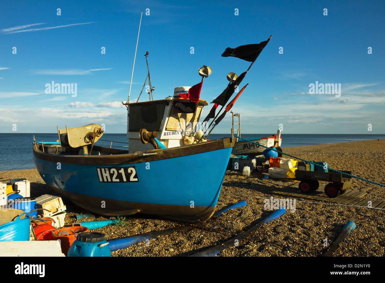 Bateau de pêche et des filets sur le front de plage de galets de cette populaire station balnéaire préservée, Photo Stock
