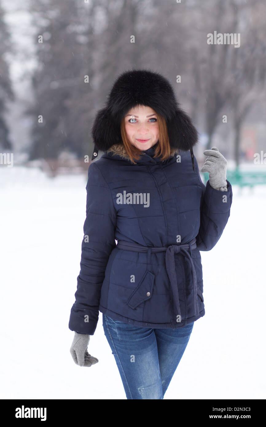 Jolie jeune fille aux cheveux rouge en plein air froide journée d'hiver Photo Stock