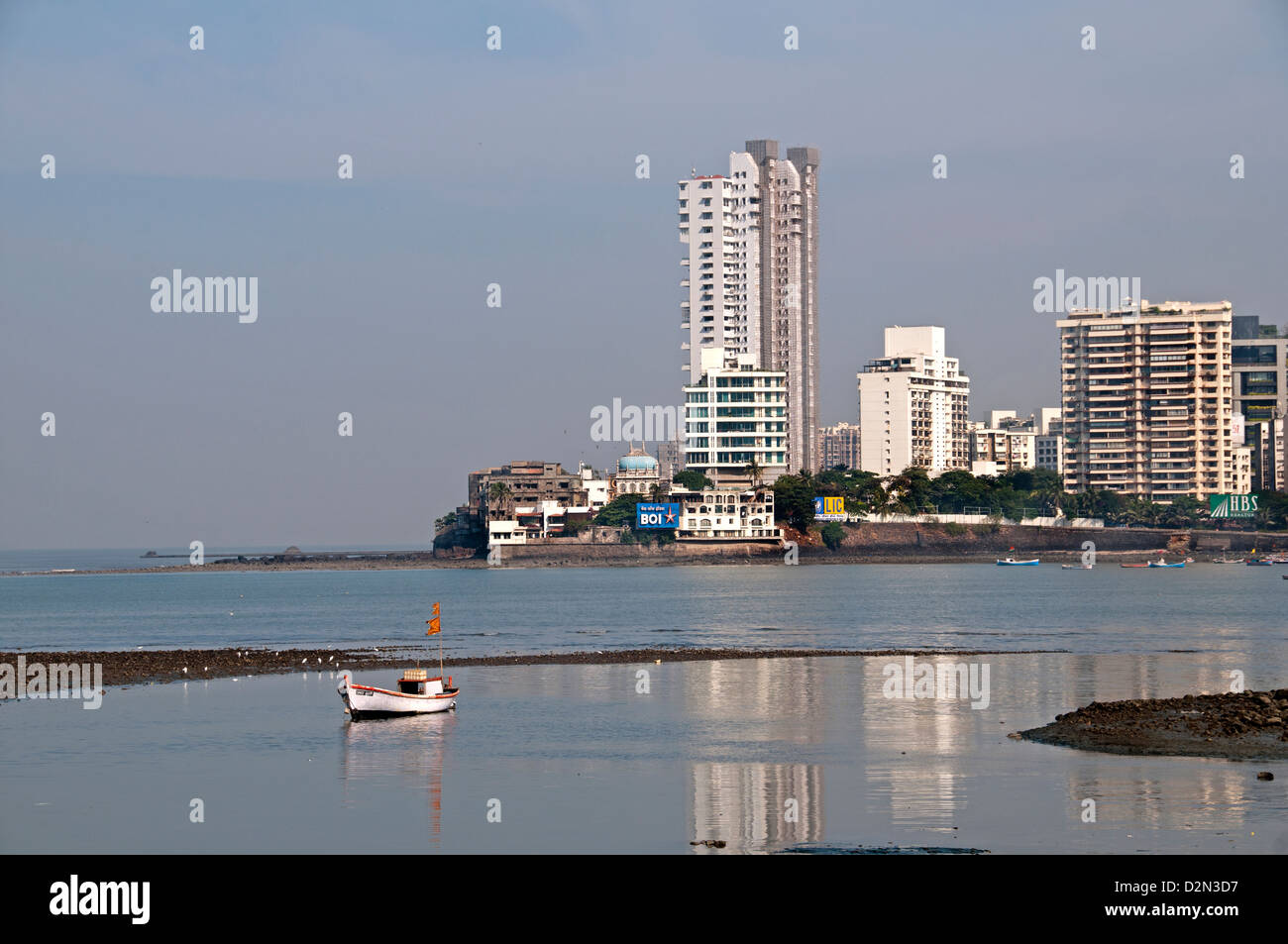 La banlieue de Bandra Mumbai ( Bombay ) Inde architecture moderne en face de la baie de la mosquée Haji Ali Banque D'Images