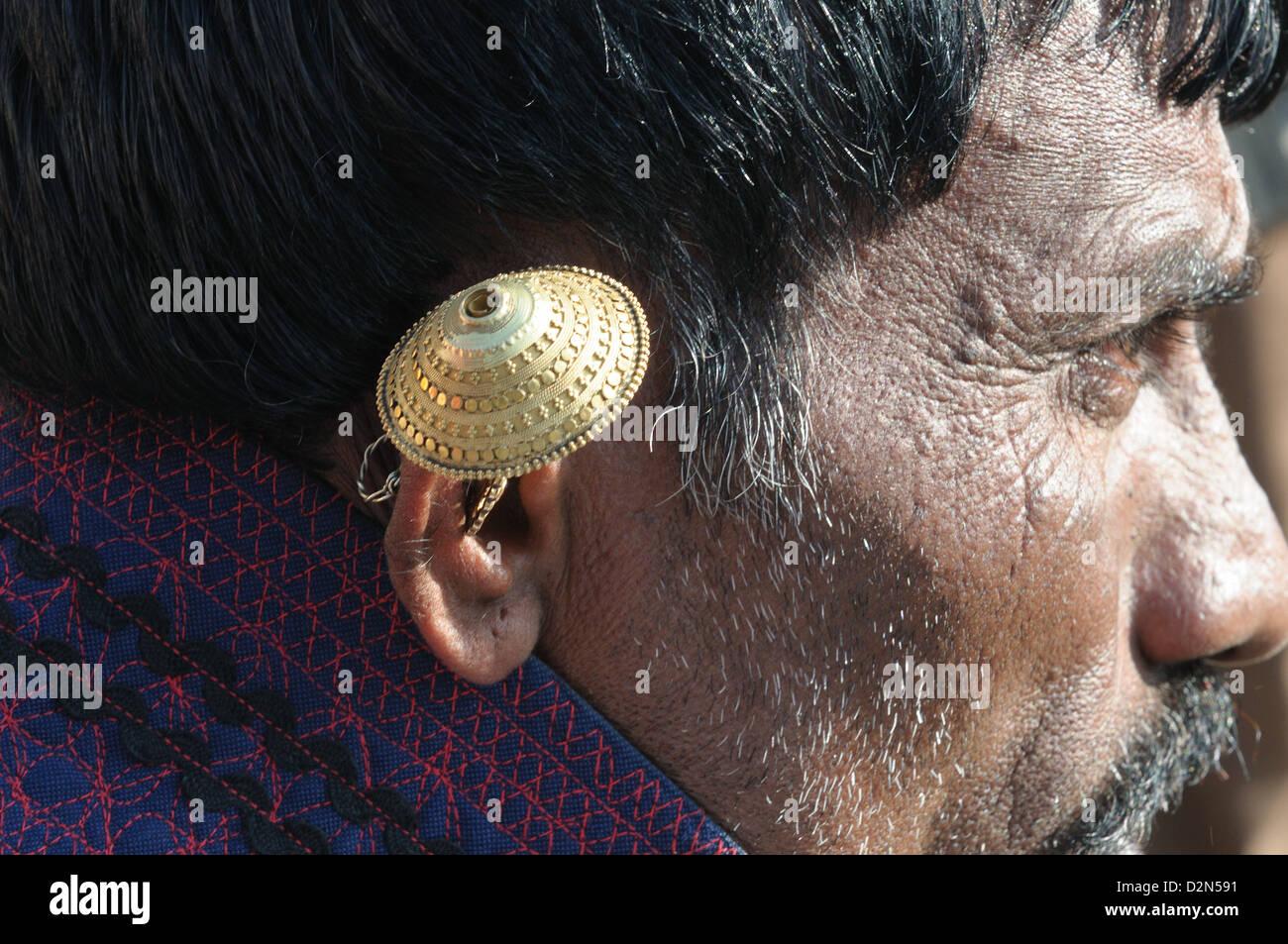 Anneau d'oreille en or porté par un Maldhari Gujjar, Gujarat, Inde, Asie Photo Stock