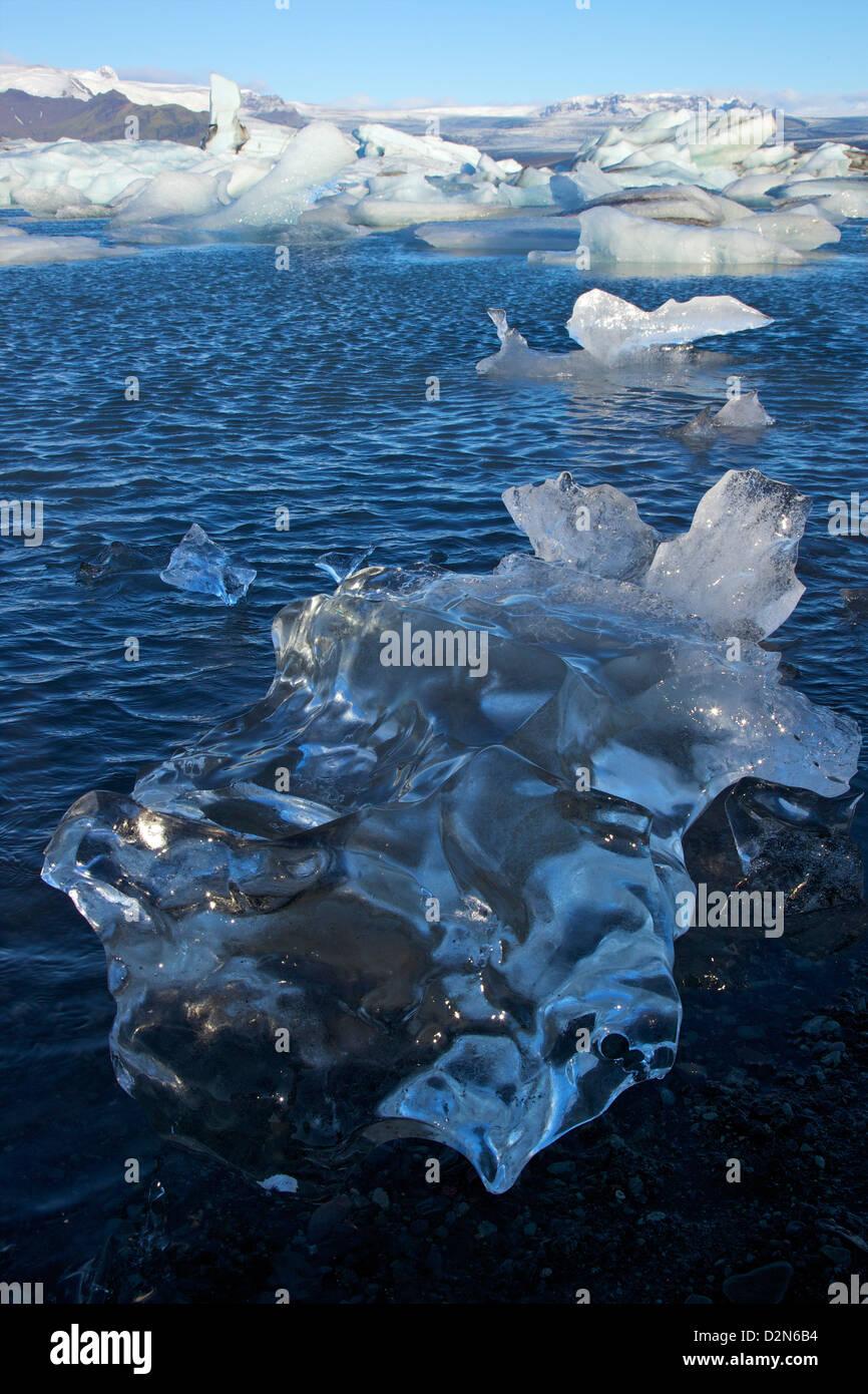 Des icebergs sur le lac glaciaire de Jokulsarlon avec de la neige sur l'énorme calotte glaciaire du Vatnajokull, Photo Stock