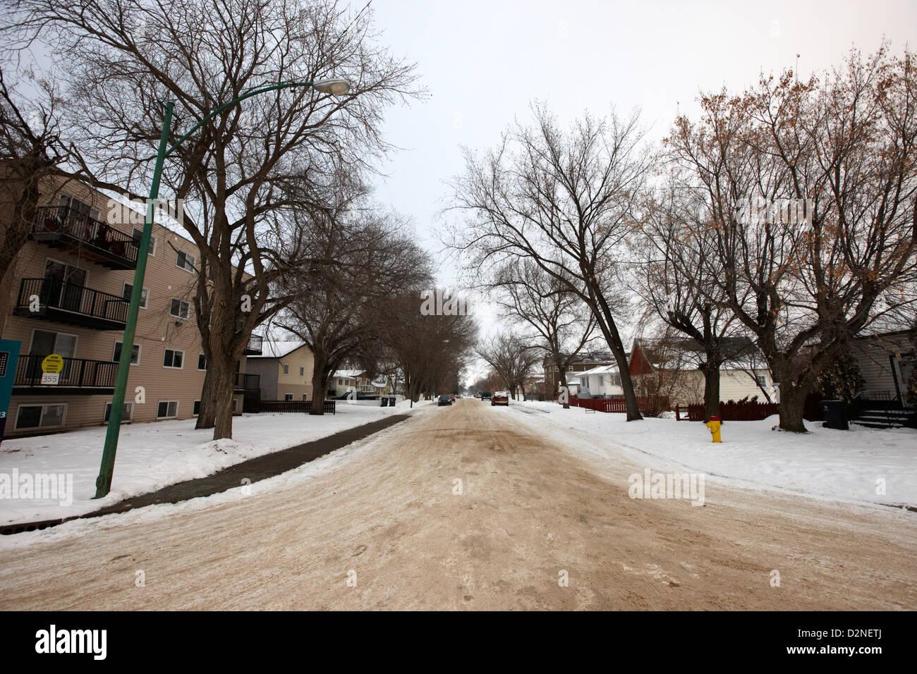 Rue résidentielle couvertes de neige colline agréable Saskatoon Saskatchewan Canada Photo Stock