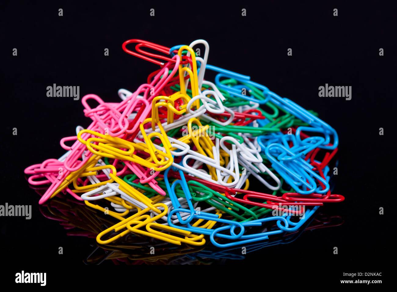 Photo de trombones colorés sur fond noir Photo Stock