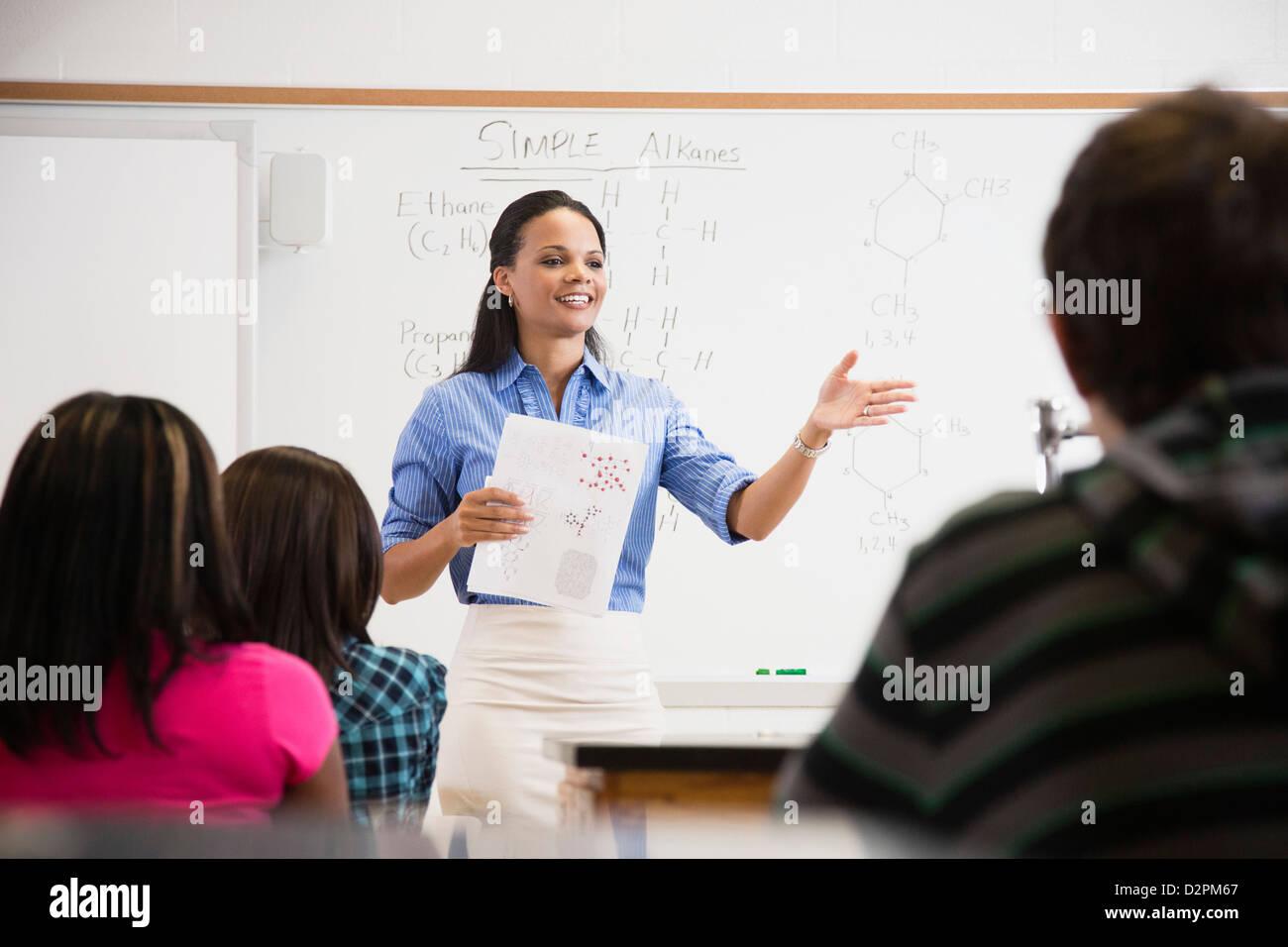 Enseignant noir de parler aux étudiants dans une salle de classe Banque D'Images