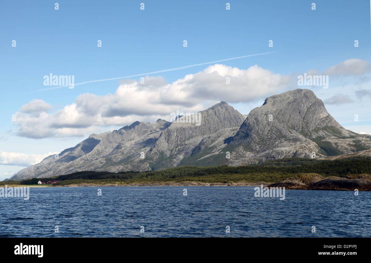Chaîne de montagne connu sous le nom de Sept soeurs, au sud de Rorvik sur la côte ouest, Norvège, Photo Stock