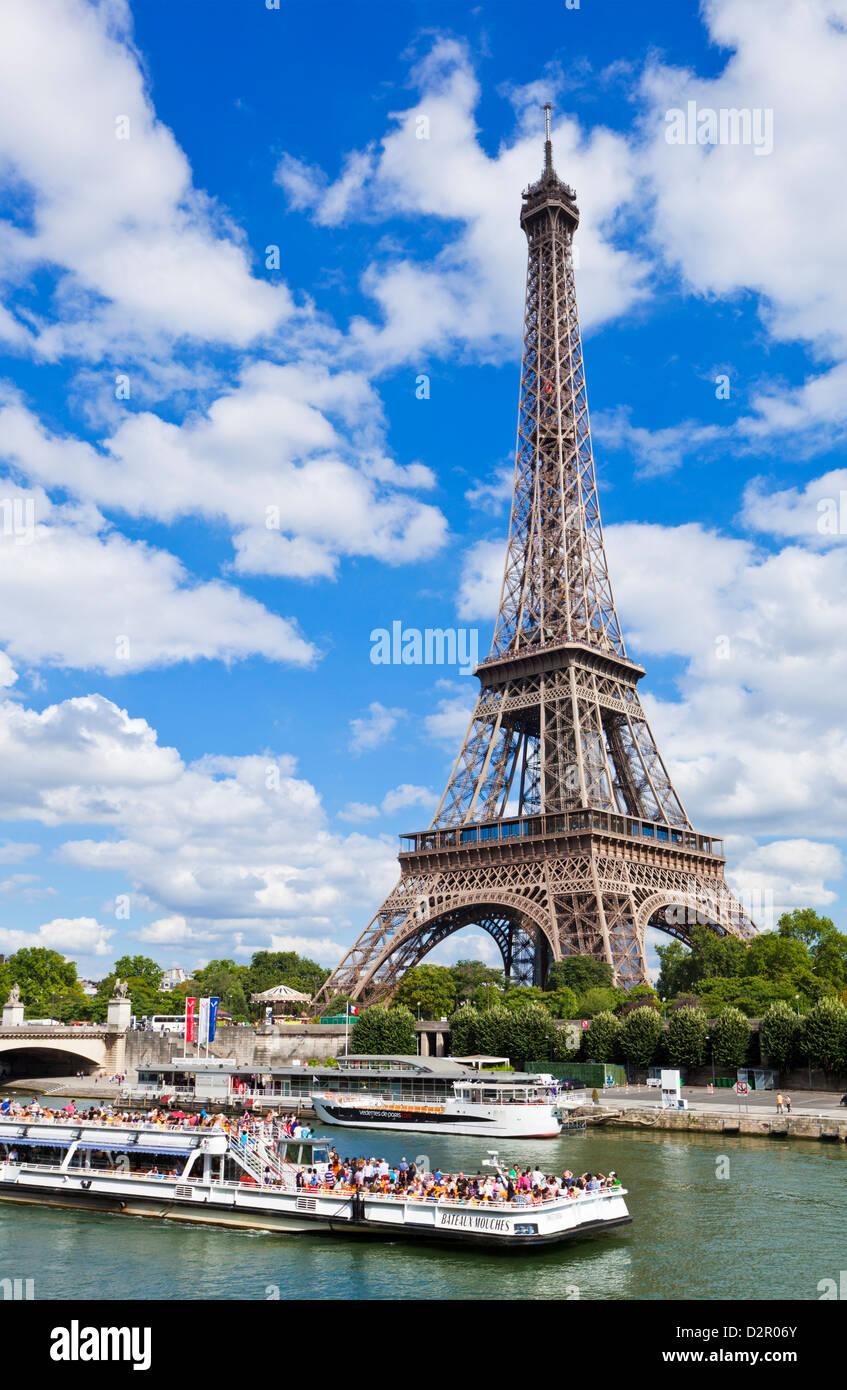 Bateau Bateaux Mouches sur la Seine en passant la Tour Eiffel, Paris, France, Europe Photo Stock