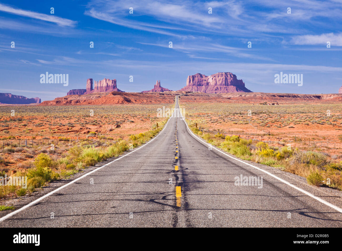 L'autoroute 163, route vide, Monument Valley, Utah, États-Unis d'Amérique, Amérique du Nord Photo Stock