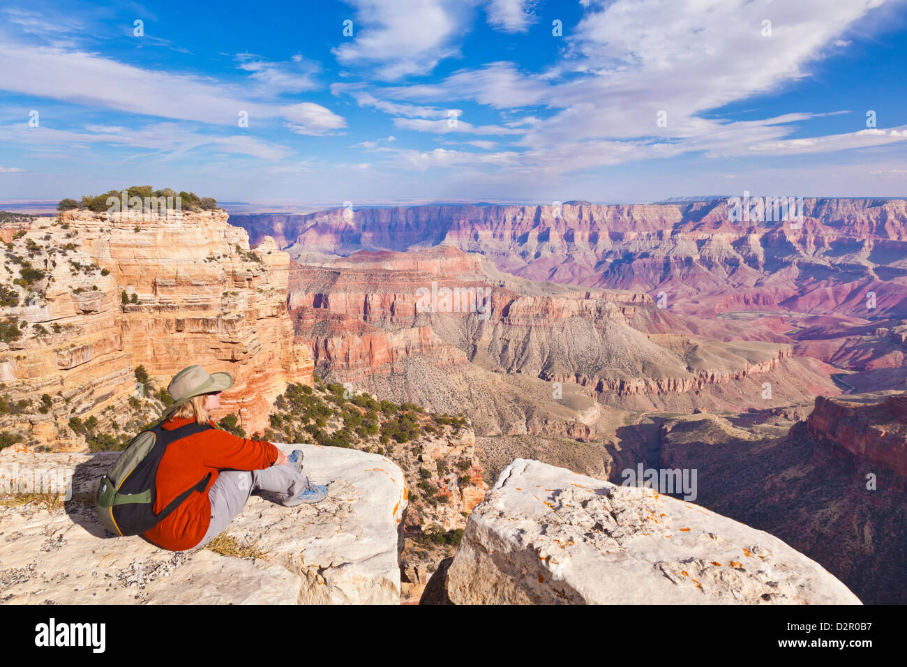 Woman randonneur, donnent sur Walhalla, North Rim, le Parc National du Grand Canyon, Arizona, USA Photo Stock