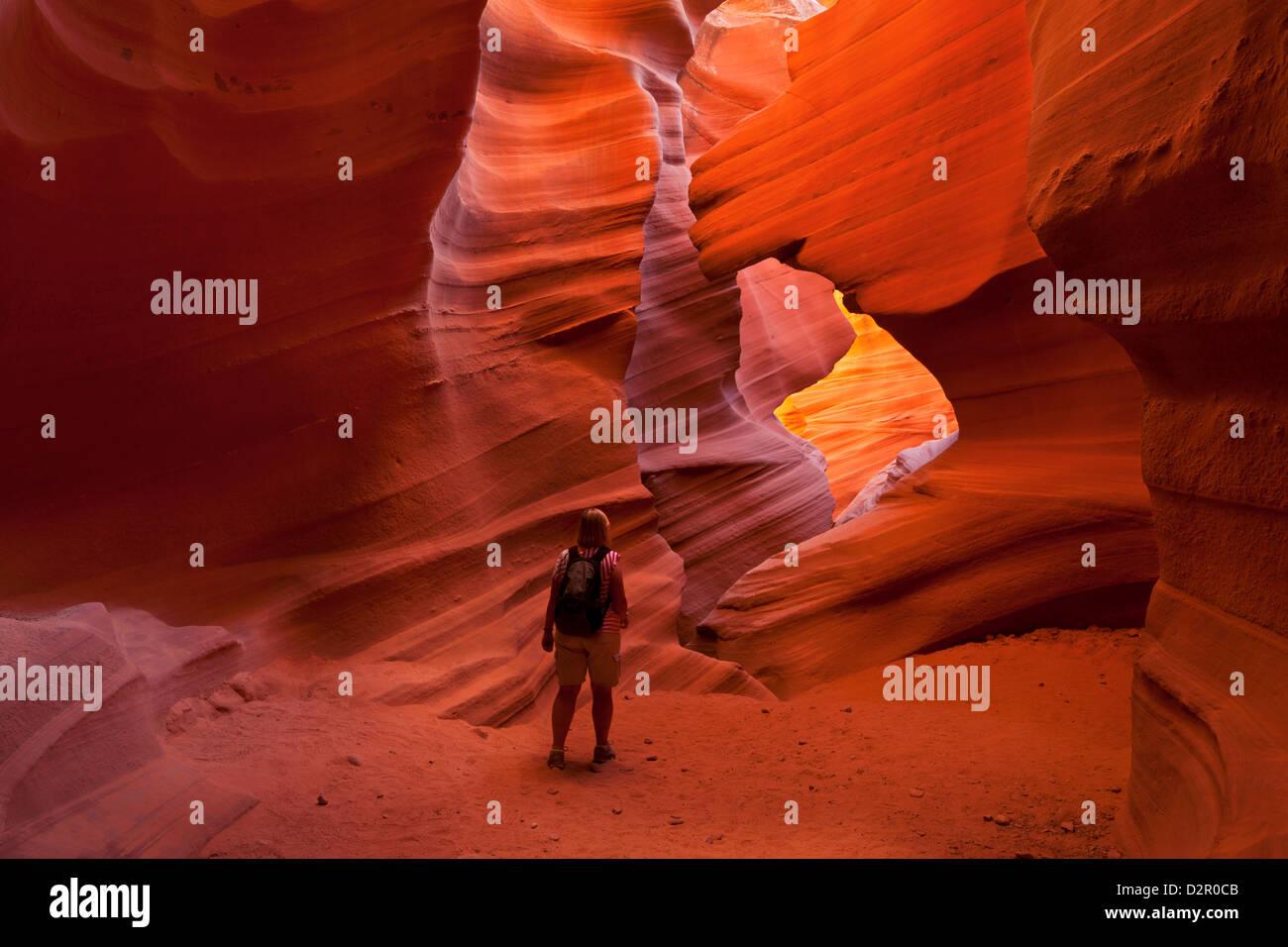 Woman randonneur et formations de roche de grès, Lower Antelope Canyon, Page, Arizona, USA Photo Stock