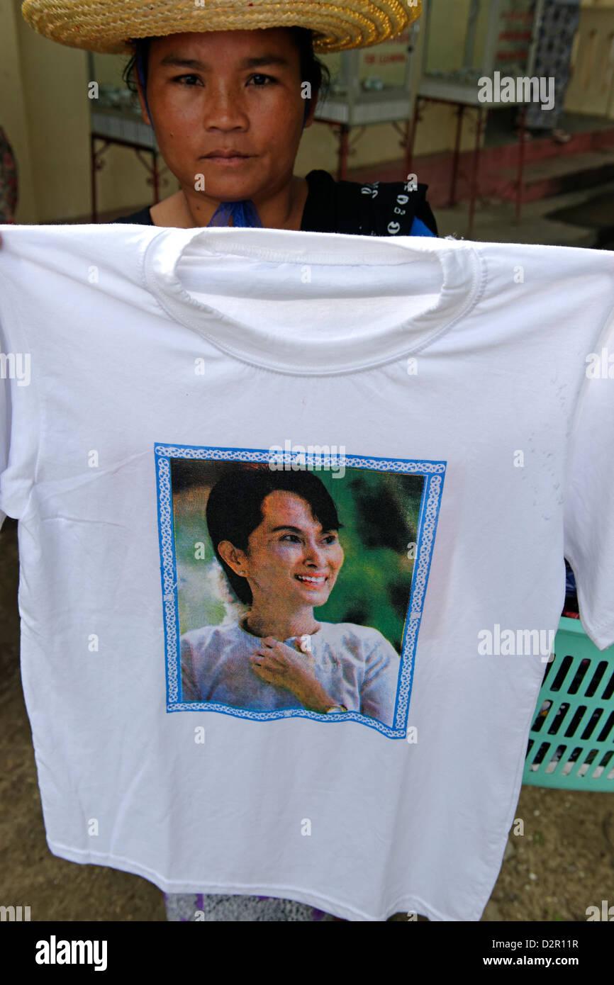 T-shirt avec le portrait de Aung San Suu Kyi, femme politique birmane, reçu le Prix Nobel de la paix en 1991, Photo Stock