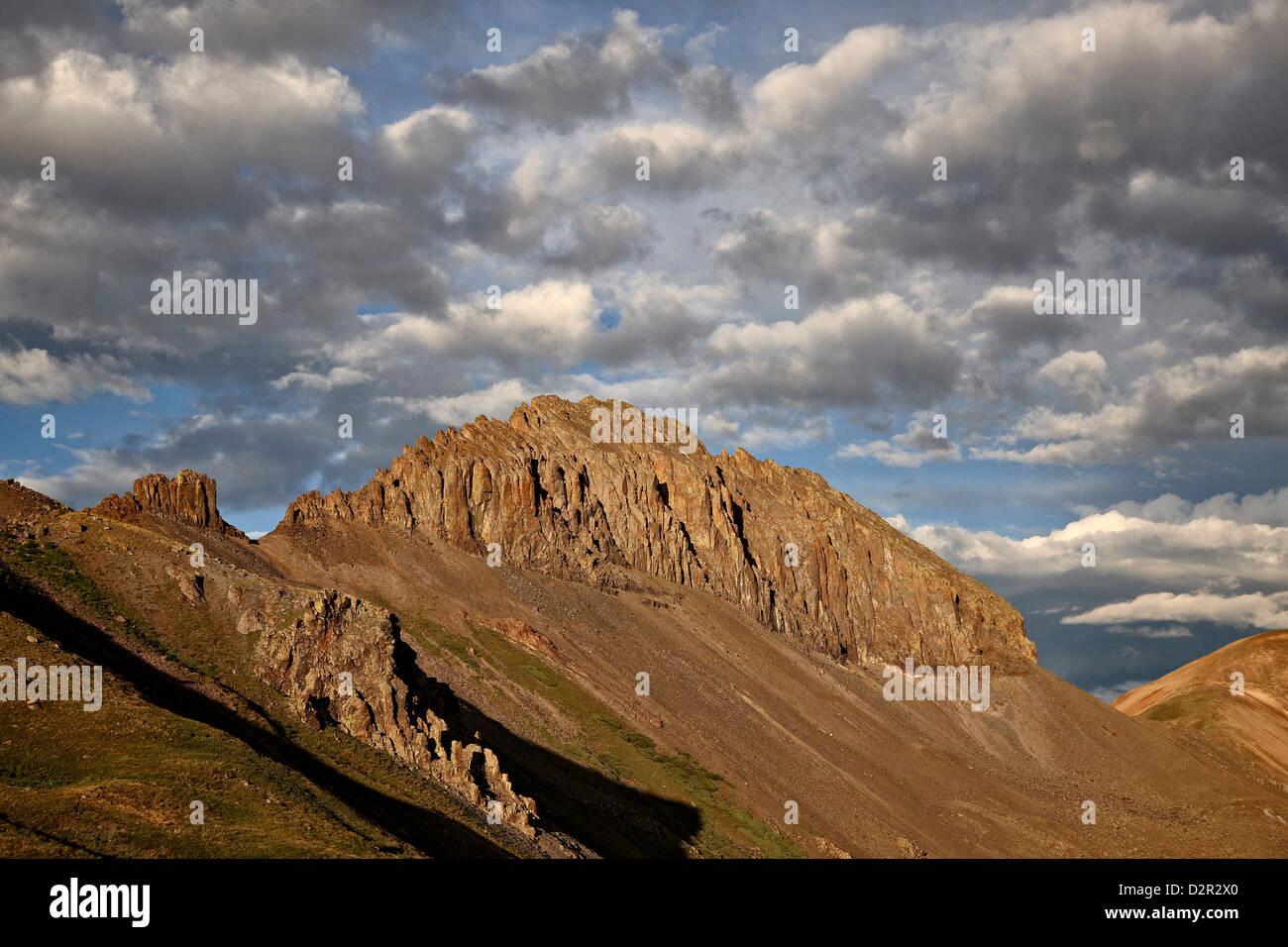 La crête dentelée avec puffy clouds, Rio Grande National Forest, Colorado, États-Unis d'Amérique, Photo Stock