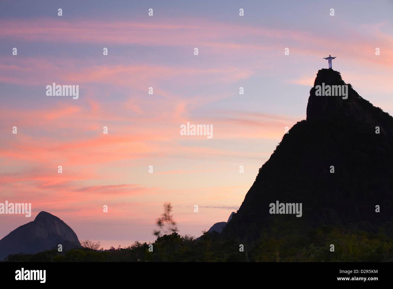 Statue du Christ Rédempteur (Cristo Redentor) au coucher du soleil, Corvocado, Rio de Janeiro, Brésil, Photo Stock