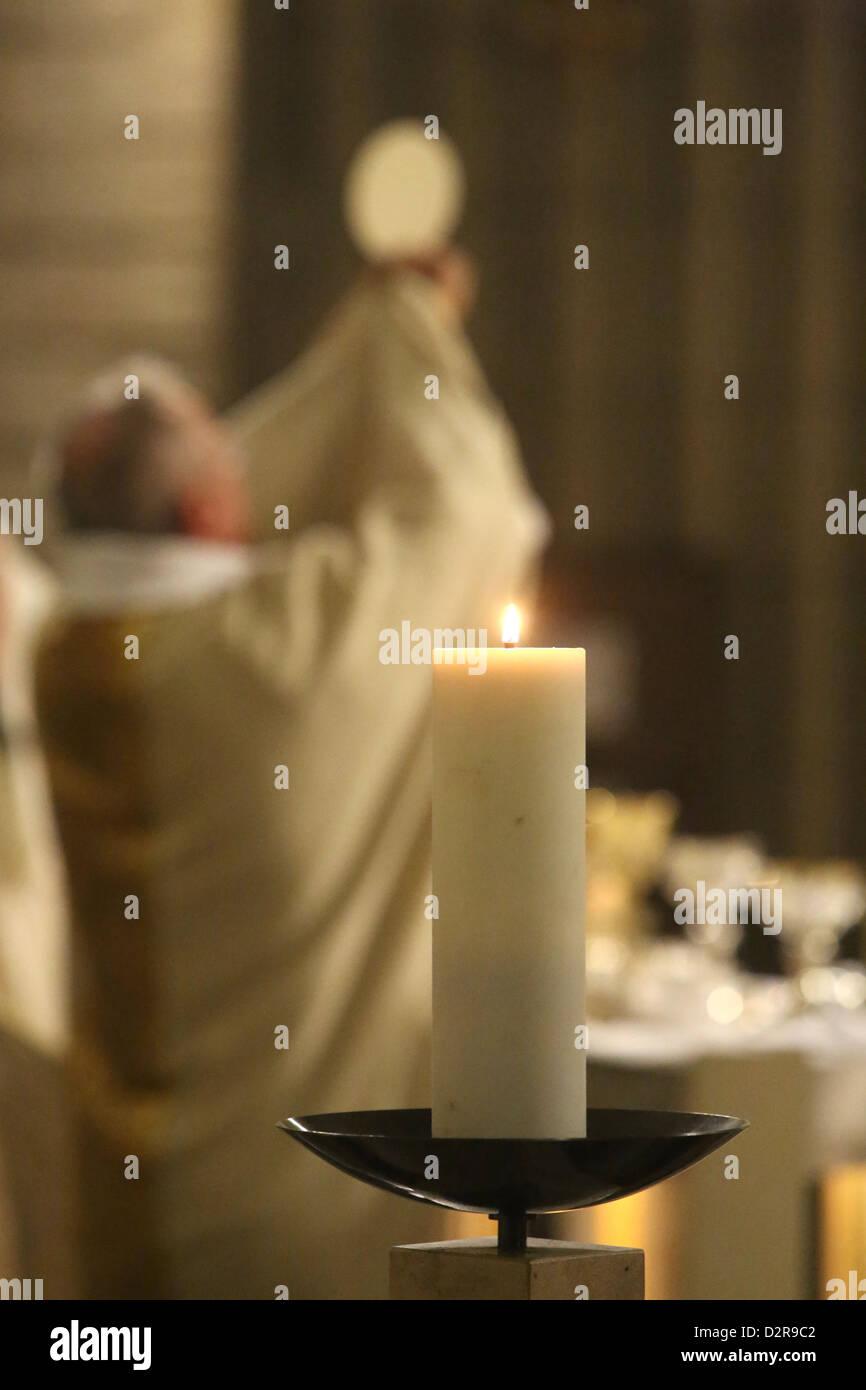 Célébration de l'Eucharistie, l'église de Notre-Dame du Perpetuel Secours, Paris, France, Europe Banque D'Images