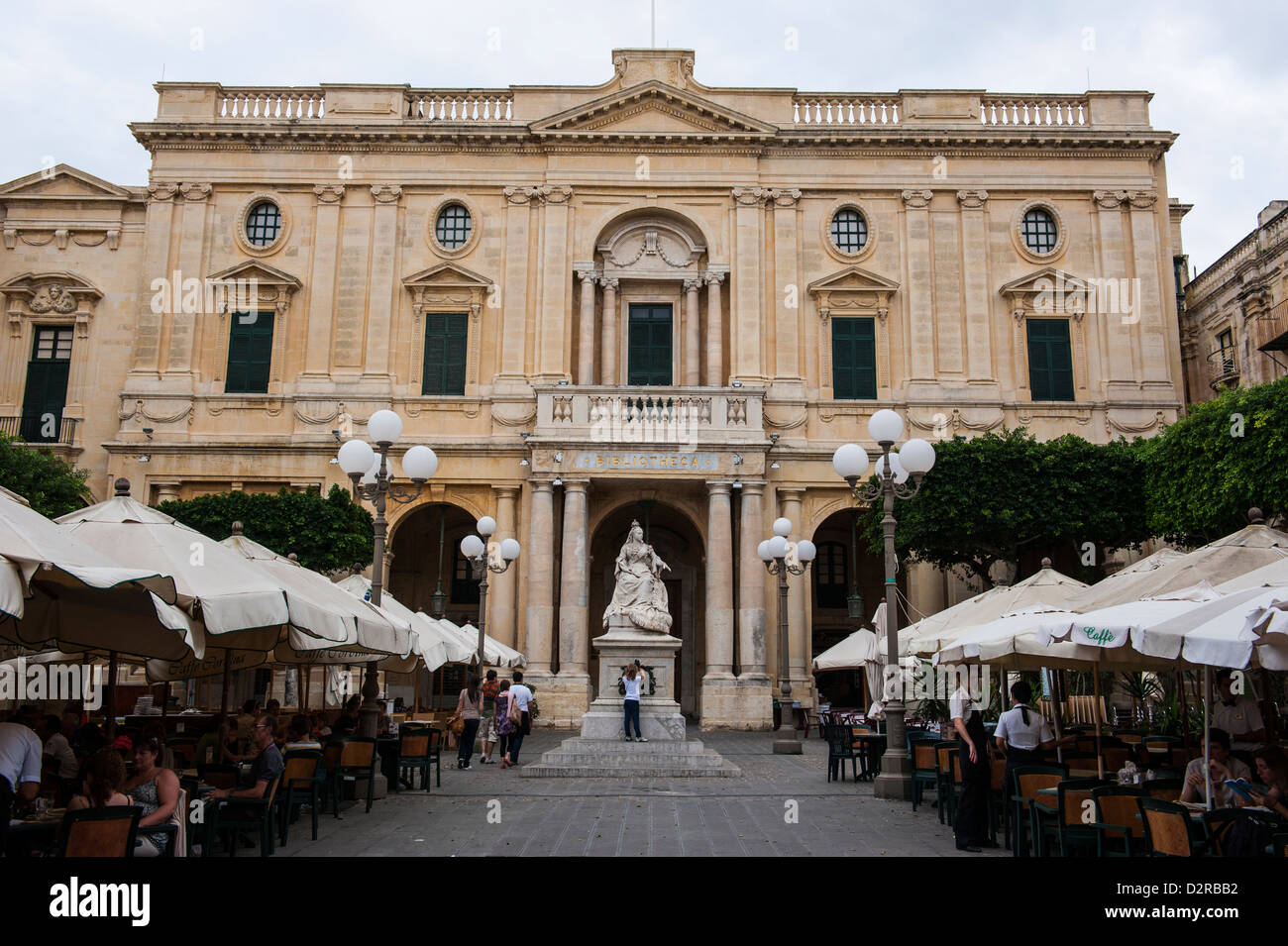 Bibliothèque nationale avec des cafés à La Valette, UNESCO World Heritage Site, Malta, Europe Photo Stock