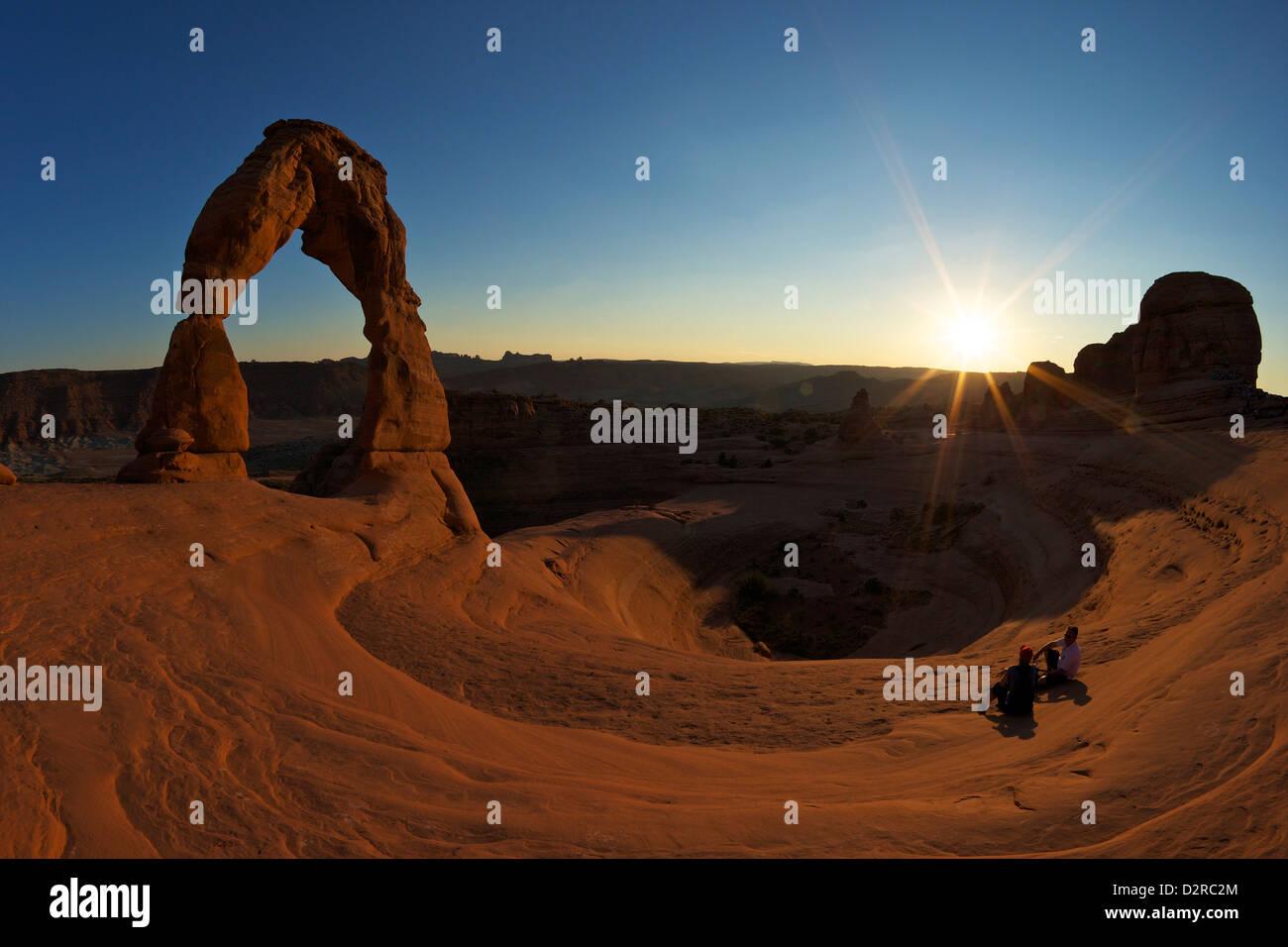 Deux hommes assis, Delicate Arch, Arches National Park, Moab, Utah, États-Unis d'Amérique, Amérique du Nord Banque D'Images
