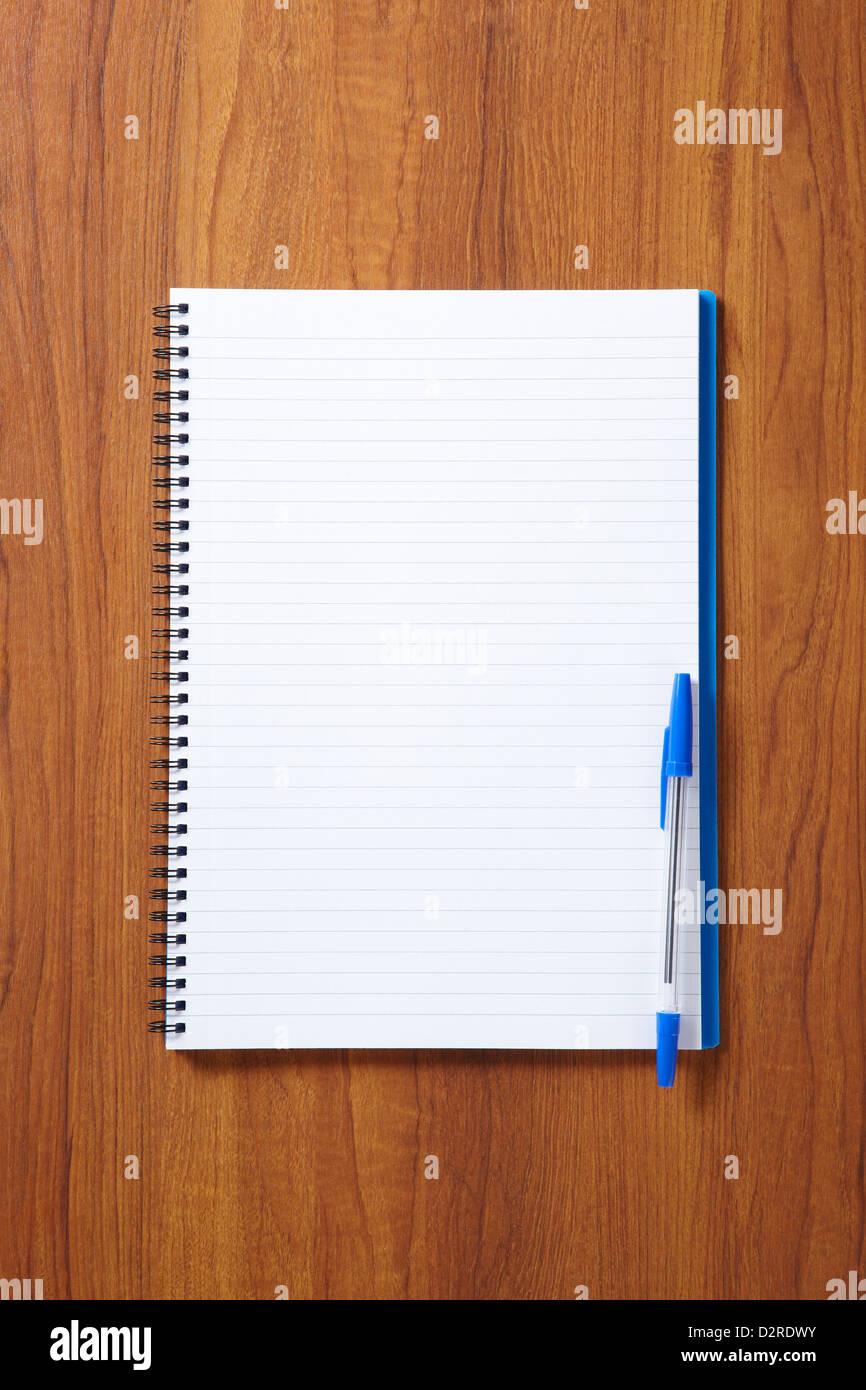 Retour à l'école élèves calepin et stylo sur l'école en bois 24 d'en haut Photo Stock