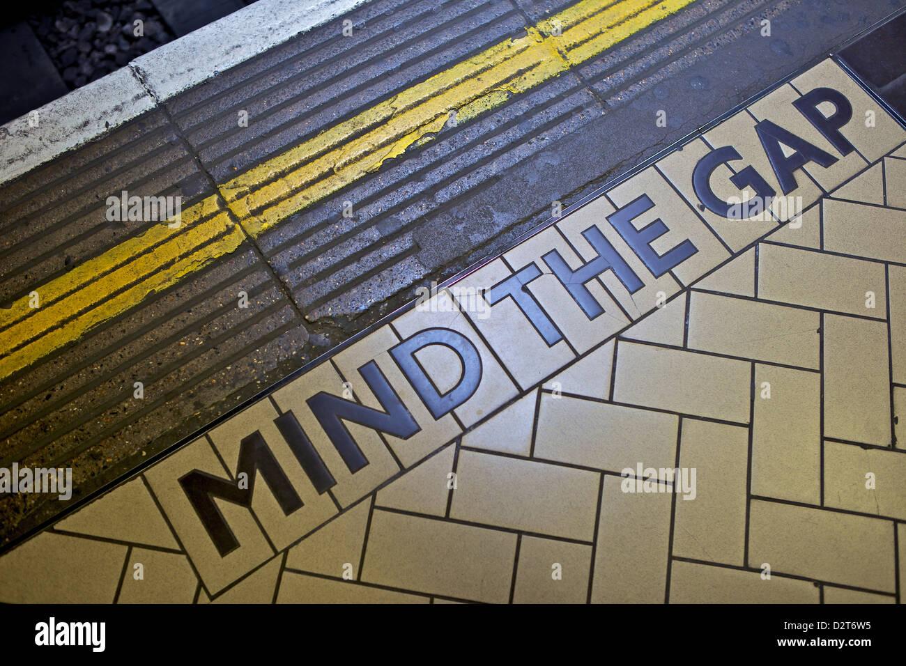 L'ESPRIT L'écart signe sur le bord de la plate-forme, le métro de Londres, Londres, Angleterre, Photo Stock