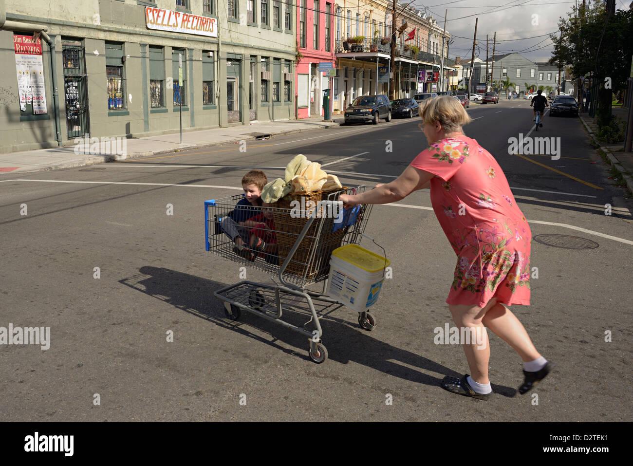 Femme enfants blanchisserie chariot pousse la Nouvelle-Orléans Banque D'Images