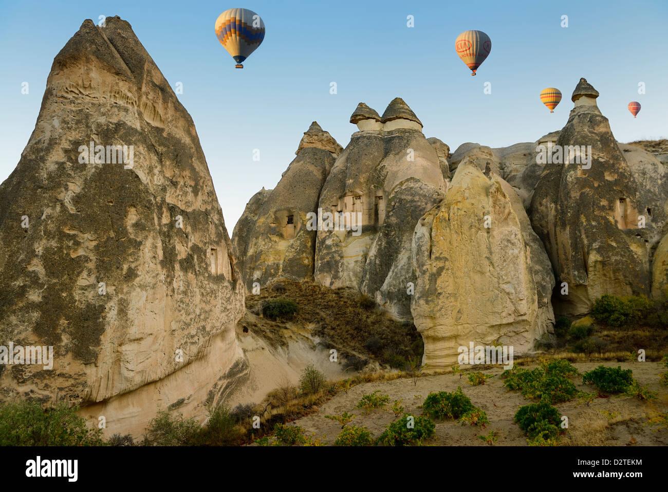 Maisons Troglodytes Dans Des Cheminees De Fees De Cappadoce Cavusin