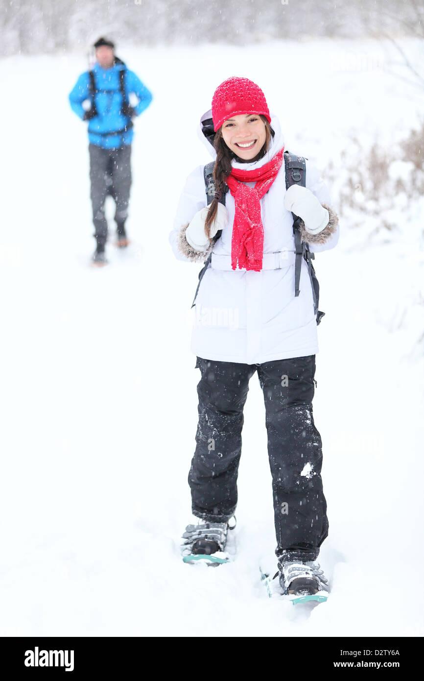 La raquette randonnée à pied. Couple actif en raquettes à neige à l'extérieur, dans Photo Stock