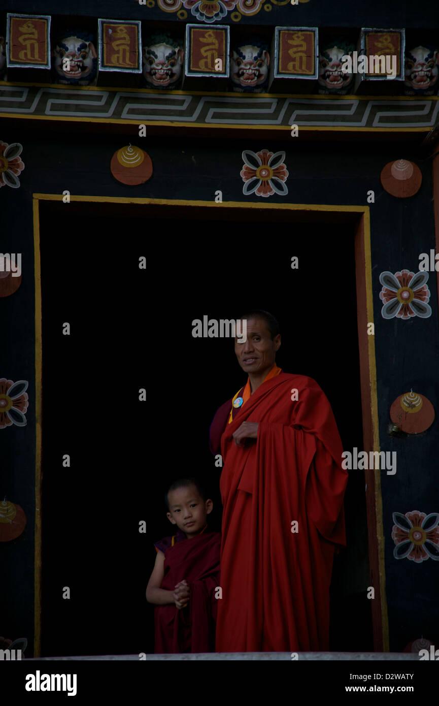 Baby lama et son tuteur dans un monastère Photo Stock