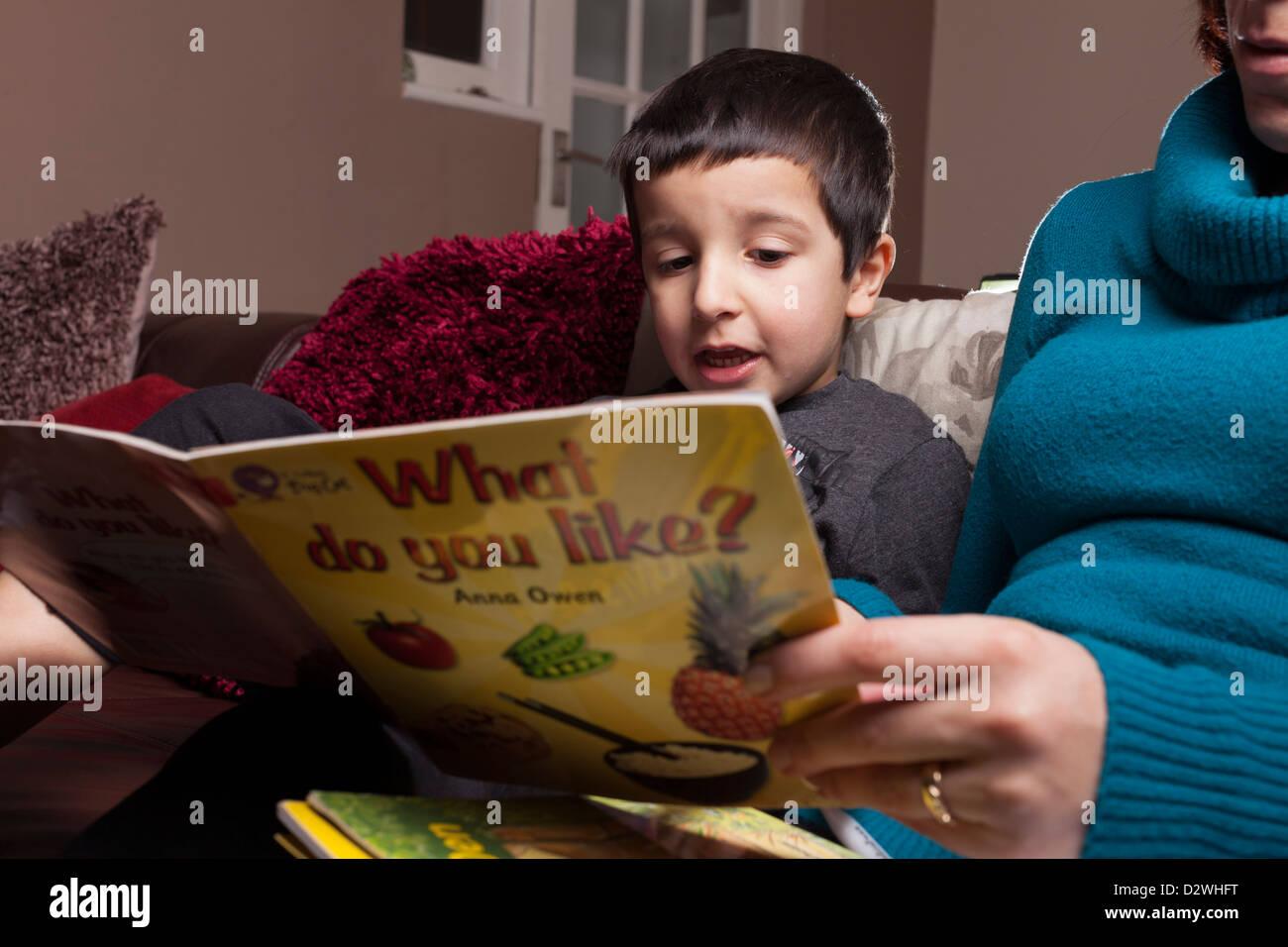 Mère de l'enfant apprend à lire Banque D'Images