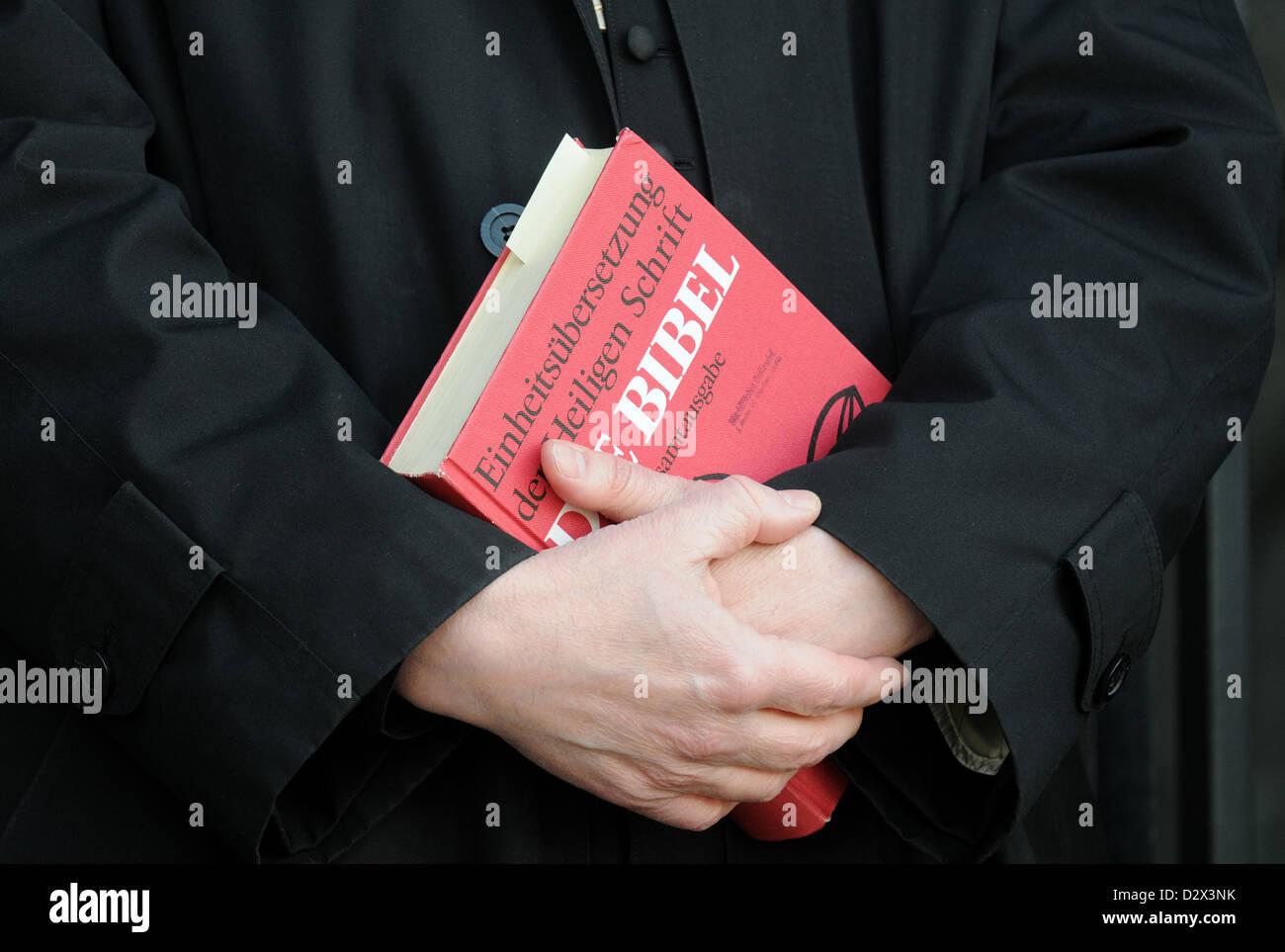 Berlin, Allemagne, Bible en main, un pasteur Banque D'Images