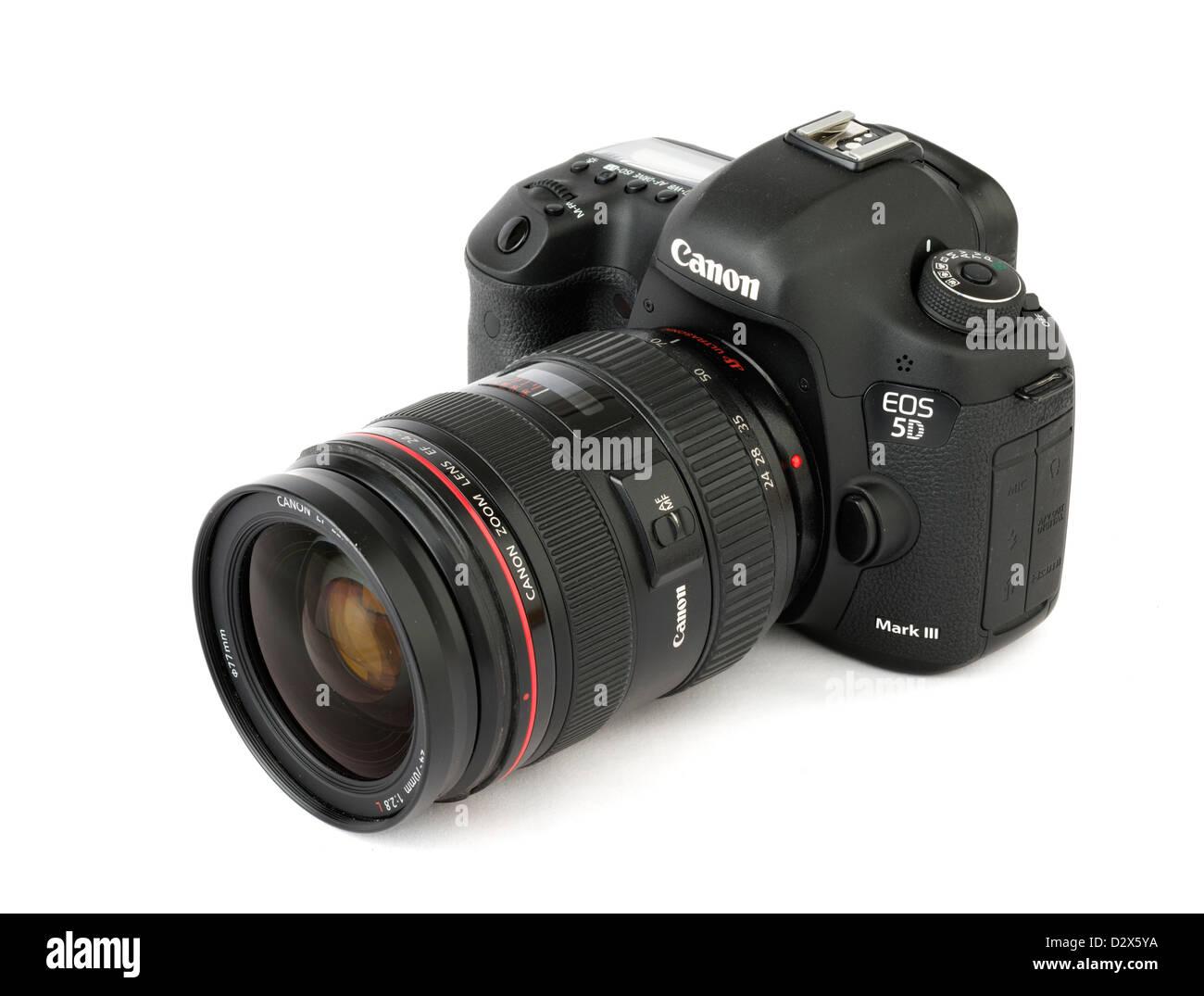 Un Canon EOS 5D Mark III reflex numérique avec Canon EF 24-70mm f/2.8L IS lentille zoom Banque D'Images
