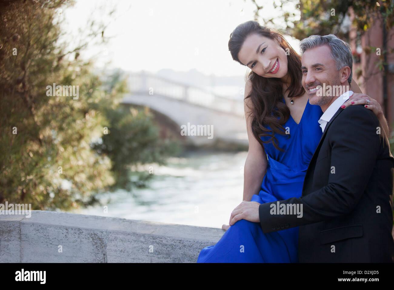 Portrait of smiling couple bien habillé de Waterfront Banque D'Images