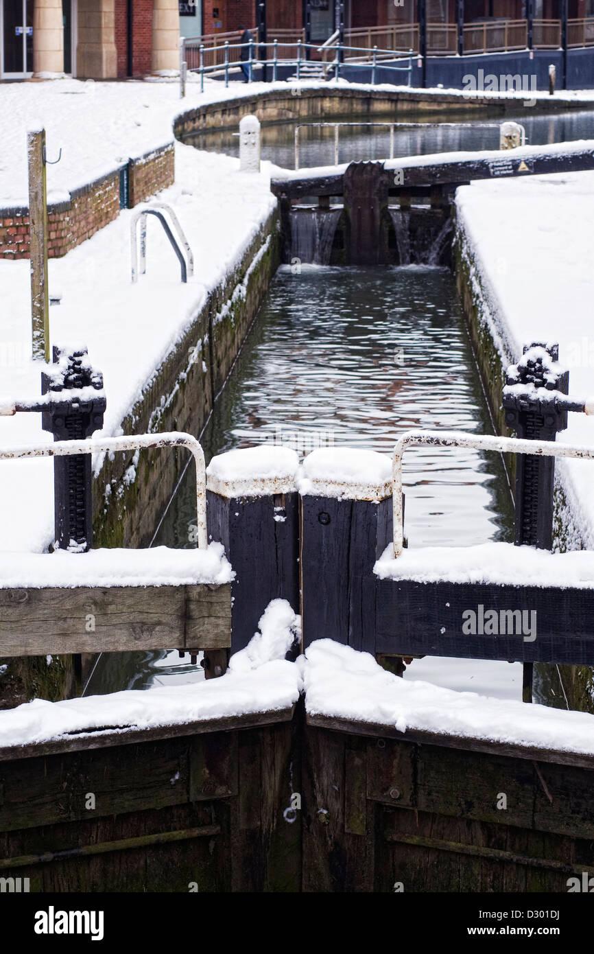 D'écluses sur le canal d'Oxford à Banbury en hiver, l'Oxfordshire. Photo Stock