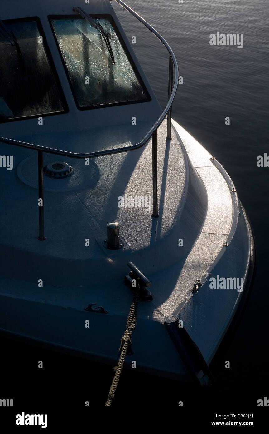 Résumé de l'arc,bateau,timonerie tight lines, barge, bateau, bleu, bow, saccadée, amarré, Photo Stock
