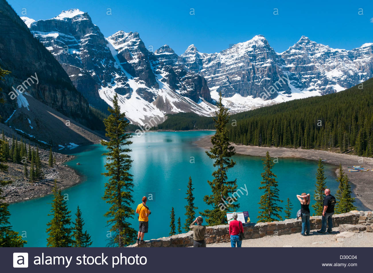 Les touristes au lac Moraine, Banff National Park, Alberta, Canada Photo Stock